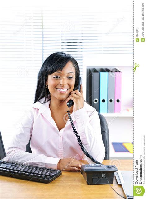 femme au bureau femme d 39 affaires de sourire au téléphone au bureau photos libres de droits image 17802728