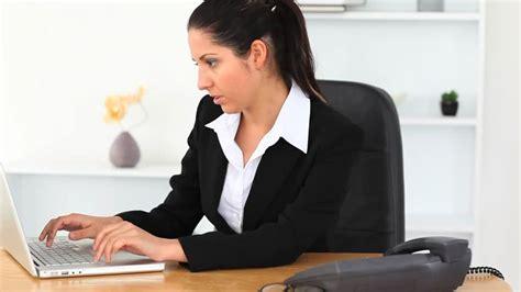 femme au bureau femme d 39 affaires travailler bureau hd stock 918 328 408 framepool rightsmith