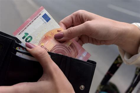 7% Latvijas iedzīvotāju savu algu tērē ar vērienu ...