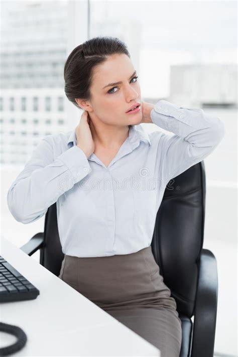 femme au bureau femme d 39 affaires avec douleur cervicale se reposant au