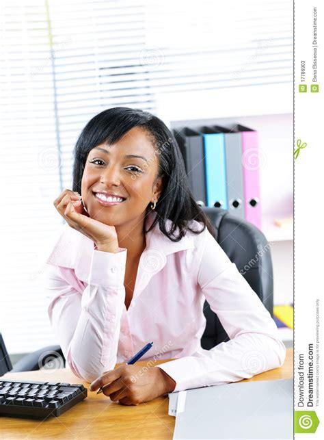 femme au bureau femme d 39 affaires au bureau dans le bureau photos stock image 17786903