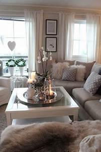 Kleines Wohnzimmer Gestalten : gem tliches kleines wohnzimmer mit wei en orchideen auf ~ A.2002-acura-tl-radio.info Haus und Dekorationen
