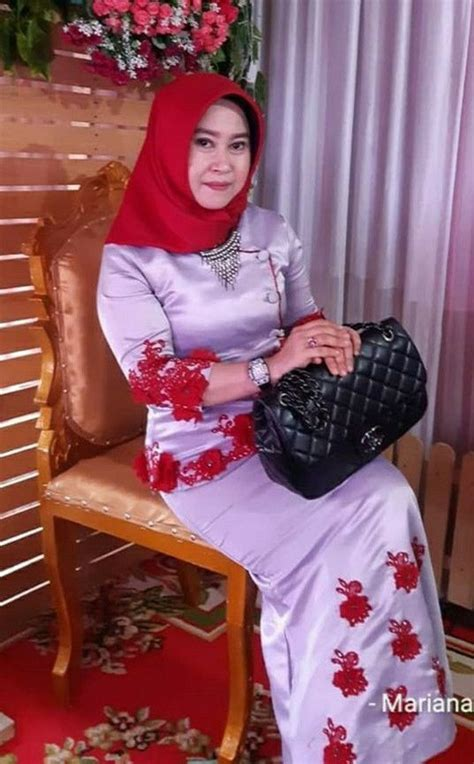 Baju kurung has suddenly risen up the ranks in terms of popularity. Gambar Baju kurung oleh putri Anggrainy | Gambar, Baju ...