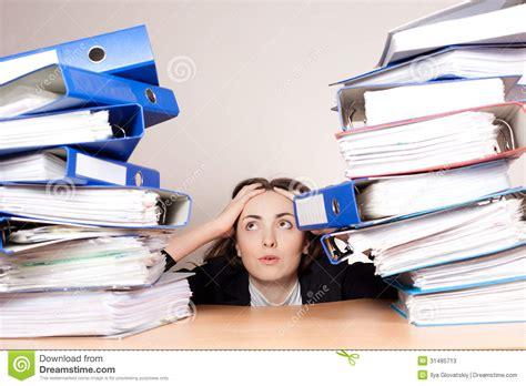 femme au bureau femme d 39 affaires frustrante avec la pile de dossiers au
