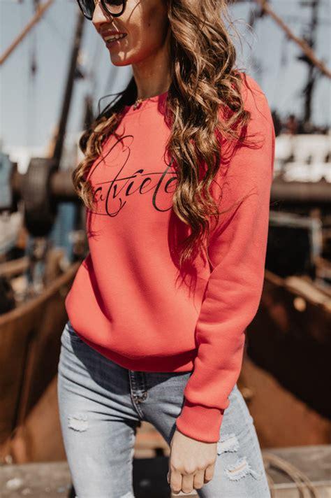 koraļļu krāsas džemperis