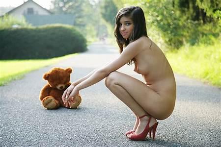 Posing Nude Teen