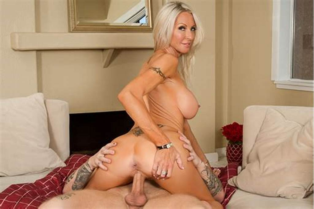 #Friend'S #Mom #Emma #Starr #Fucking #In #The #Living #Room