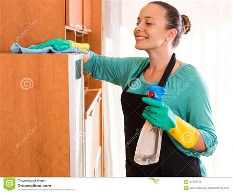 femme au bureau nettoyage de femme au bureau photo stock image du heureux ménage 63794774
