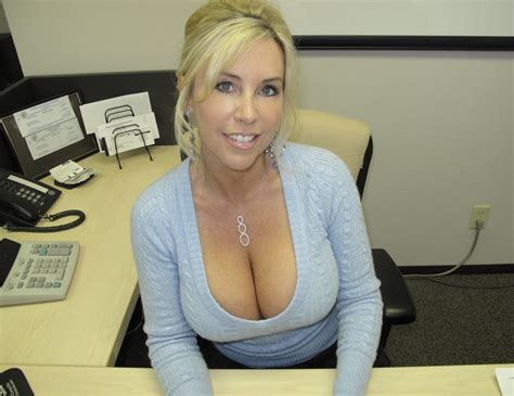 Hot Mom Showing Off Her Big Cleavage Private Milf Pics