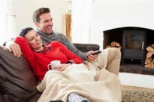 Entspannen Zu Hause : paare die sich zu hause aufpassendes fernsehen entspannen stockbild bild von forties mann ~ Buech-reservation.com Haus und Dekorationen