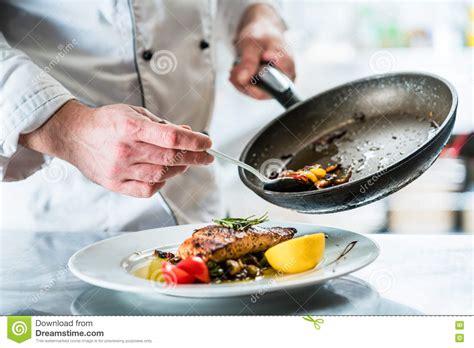 salope dans sa cuisine nourriture de finissage de chef dans sa cuisine de