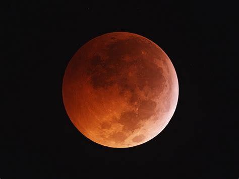 Đó cũng là lý do mà trong thời điểm diễn ra nguyệt thực, mặt trăng thường có màu đỏ như máu. Nguyệt thực toàn phần và siêu trăng sẽ cùng diễn ra vào ...