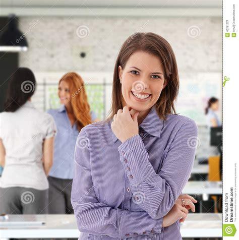 femme au bureau portrait de femme heureuse au bureau image stock image