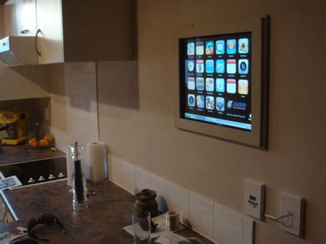 salope dans sa cuisine un iphone ordinateur mural dans sa cuisine