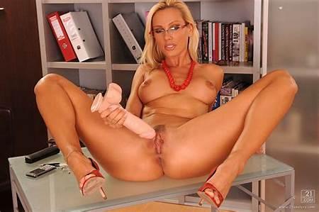 Sexy Nude Sandy Teen Pic