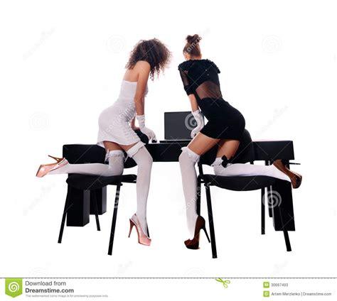 femme au bureau deux femmes au bureau avec un ordinateur portable