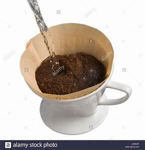 Kaffee Kochen Filter : kaffee wird im klassichen porzellanfilter gekocht kaffeepuler in stock photo 144268623 alamy ~ Eleganceandgraceweddings.com Haus und Dekorationen