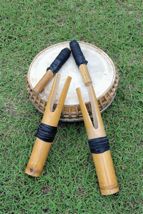Alat musik ini merupakan bagian dari perangkat tarian bugis, yaitu tari bissu yang dipertunjukkan juga dapat dimainkan bersama dengan alat musik tradisional lainnya seperti gendang, suling kere kere galang merupakan alat musik sejenis rebab yang berasal dari gowa, sulawesi selatan. 5 Alat Musik Tradisional Gorontalo yang Khas dan Unik!