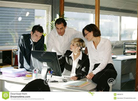 femme au bureau hommes et femmes au bureau avec l 39 ordinateur image libre