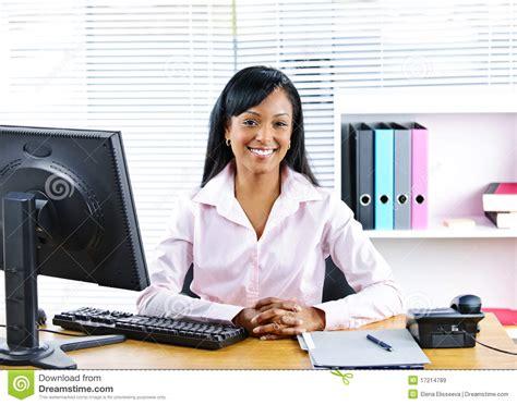 femme au bureau femme d 39 affaires de sourire au bureau images libres de droits image 17214789
