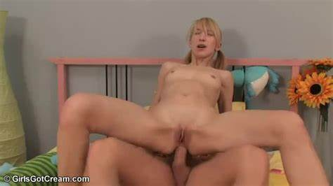 Andrea Masturbates And Drilled Her Asshole In The Club