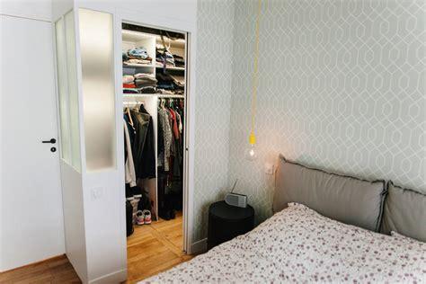 lesbienne dans une chambre comment installer un dressing dans une chambre