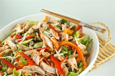 Kūpinātas vistas gaļas salāti