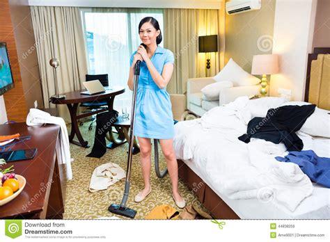 femme de chambre a nettoyage de femme de chambre dans l 39 hôtel asiatique image