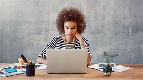 femme au bureau lire les mails à distance est un frein au bien être au