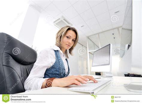 amour au bureau femme femme au bureau image stock image 9841701