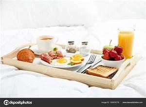 Tablett Fürs Bett : leckeres fr hst ck bett auf tablett aus holz stockfoto 5seconds 183976776 ~ Watch28wear.com Haus und Dekorationen