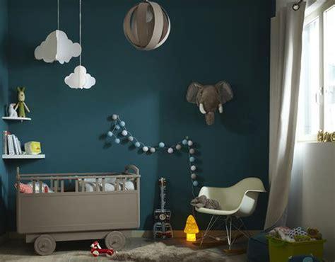 lesbienne dans une chambre deco bleu canard